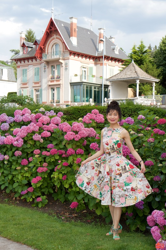 Rosa showing her dress in Évian-les-Bains.